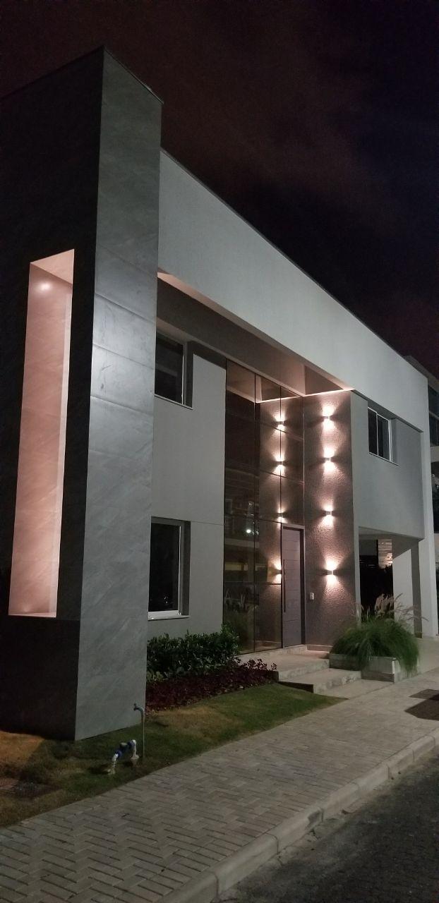 Belíssima casa com fachada em Pele de Vidro!-104860